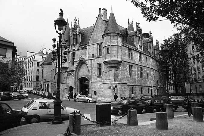 Photos paris in black and white marais hotel de sens for Hotel marais paris