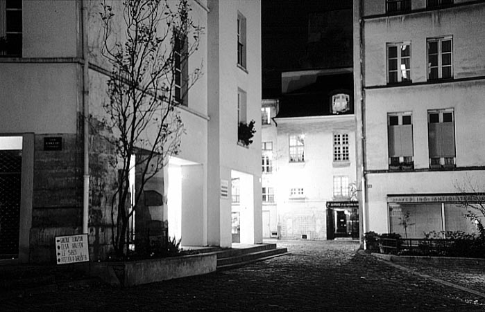 Paris photos in black and white at night - Village St. Paul